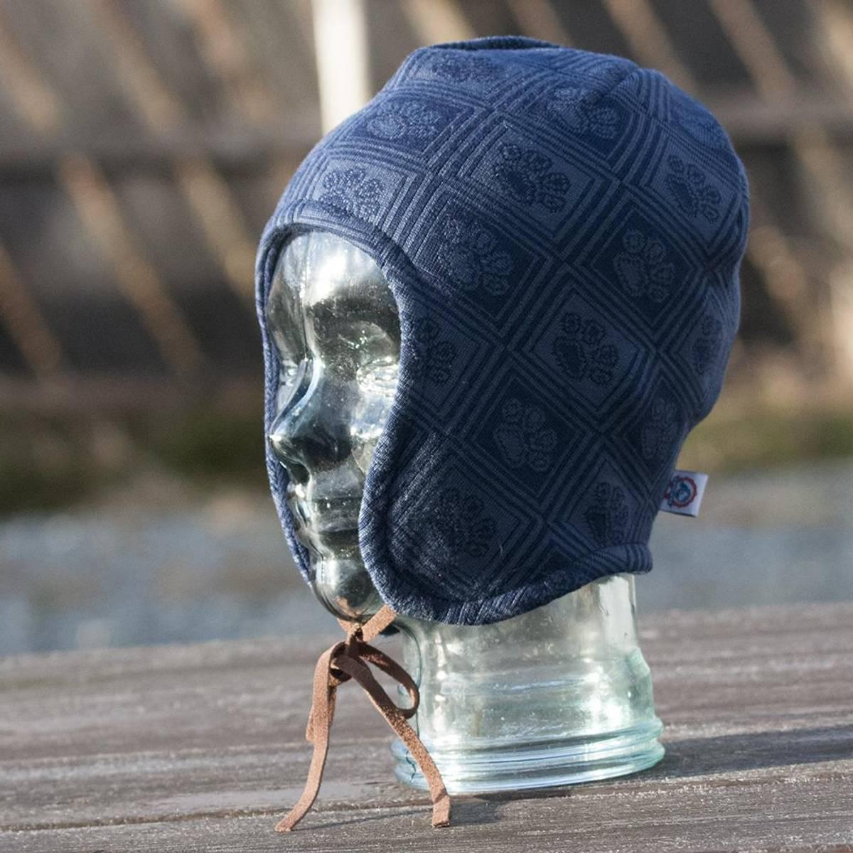 Merino wool hat - VEGA - paw pattern